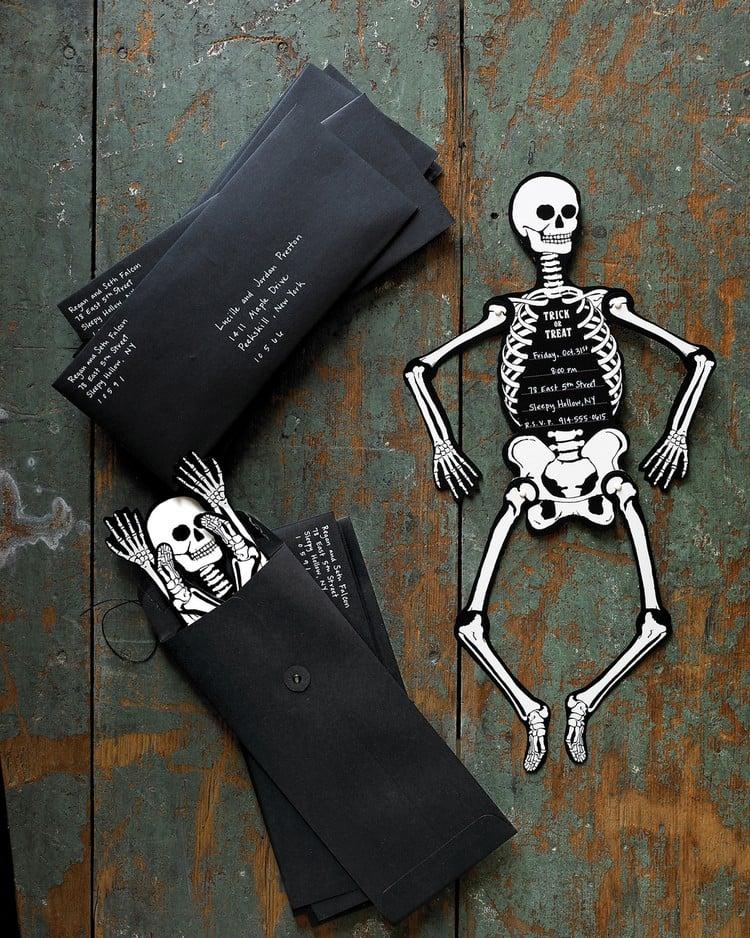 Einladungskarte Halloween Skelette schwarze Briefumschläge