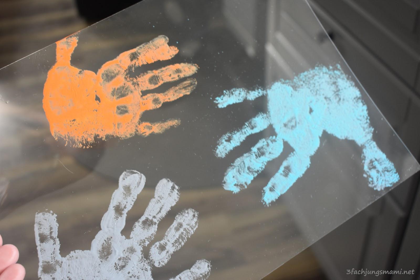 Handabdrücke machen Handmalfarben Schrumpffolie