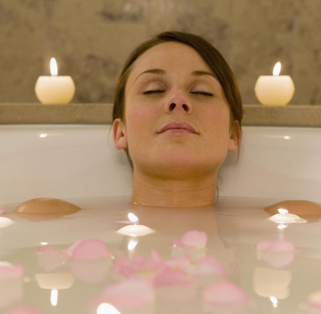 Hausmittel gegen Halsschmerzen heißes Bad