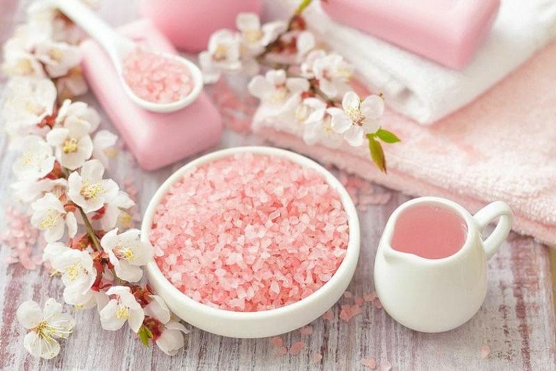rosafarbenes Steinsalz verwenden Bad