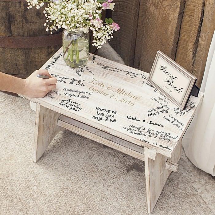 Hochzeitsbuch auf Holztisch schreiben
