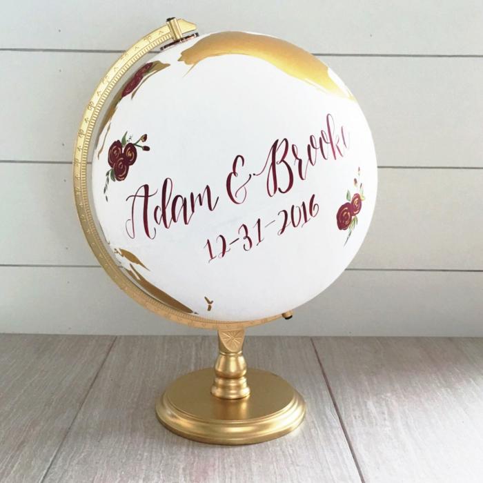 Hochzeitsbuch auf Globus schreiben