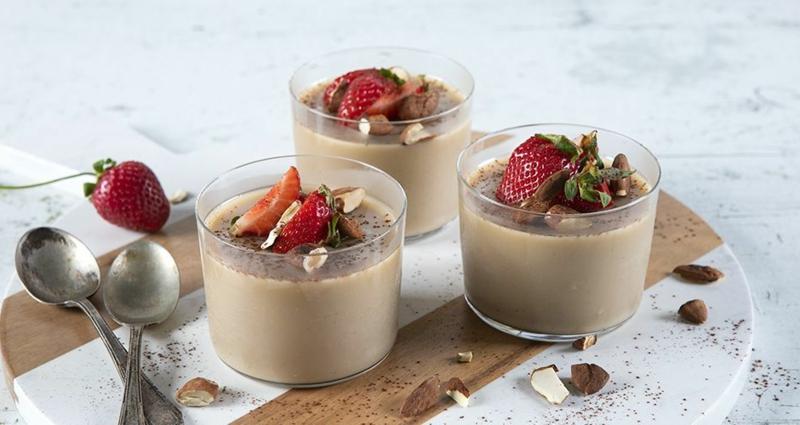 italienisches Sahnepudding mit Kaffee und Erdbeeren