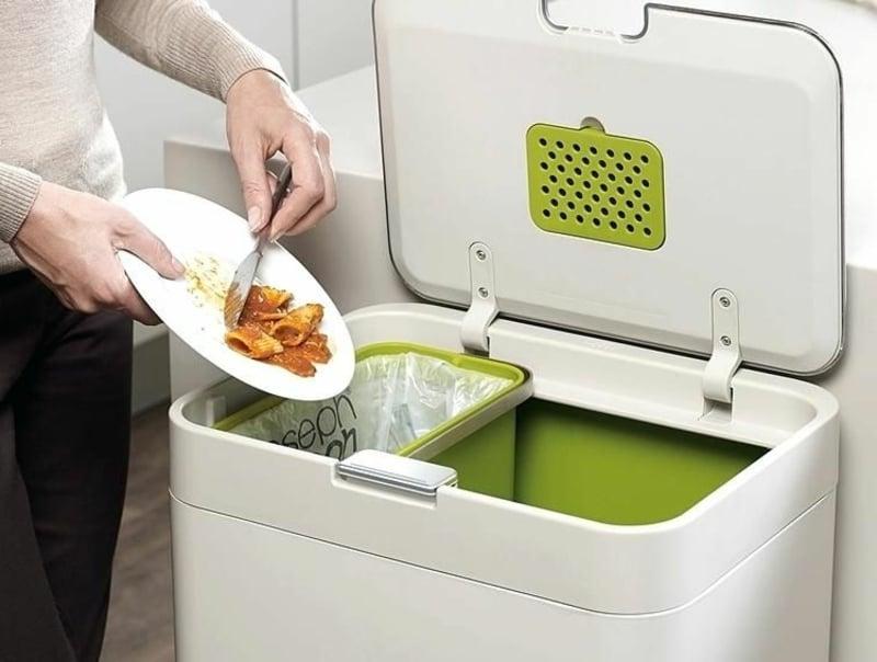 Abfalleimer Essenreste werfen