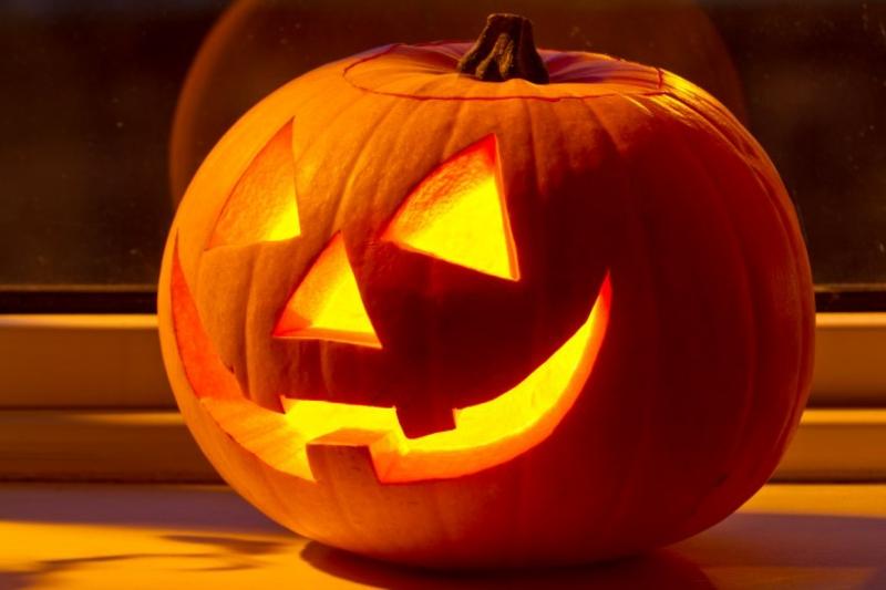Kürbislaternen machen zu Halloween