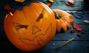 Halloweenkürbis schnitzen Motiv darauf malen