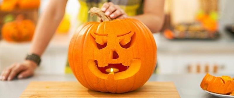Kürbislaternen mit den Kindern machen Halloween