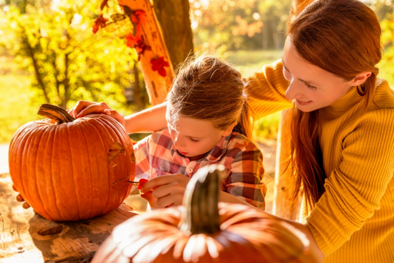 Halloweenkürbisse schnitzen mit Kindern kreative Ideen