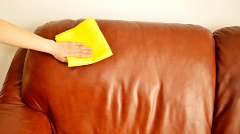 Ledercouch putzen sauberes Tuch