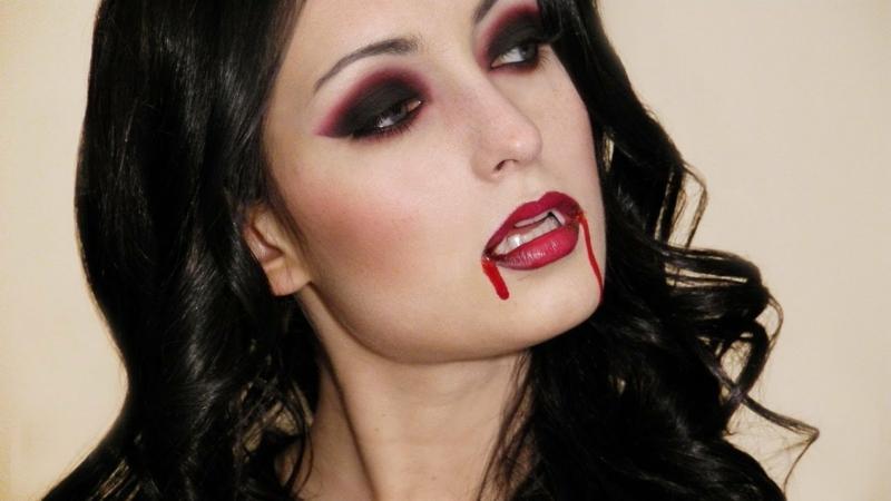 eindrucksvolles Vampir Make-up künstliche Zäöhne