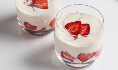Sahnepudding mit frischen Erdbeeren italienisch