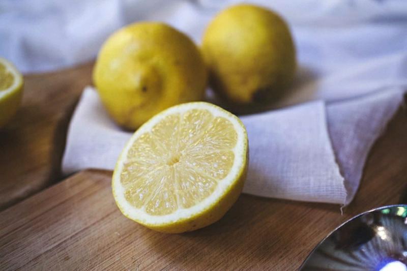 Peeling mit Zitrone gegen Pickel