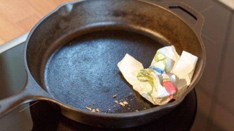 Gusseisenpfanne Essenreste entfernen