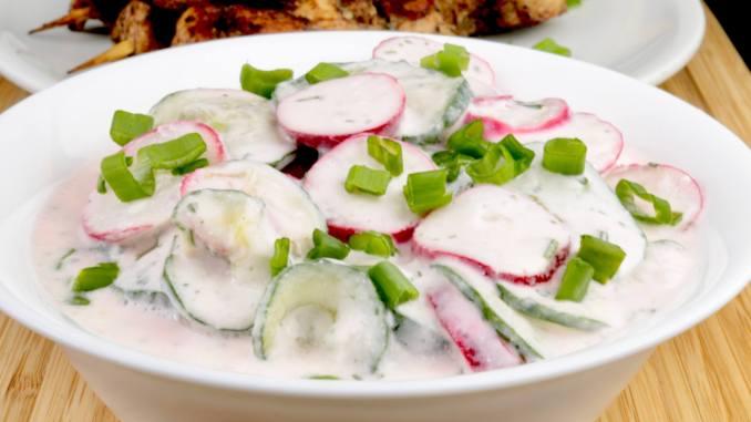 Salate mit saurer Sahne zubereiten