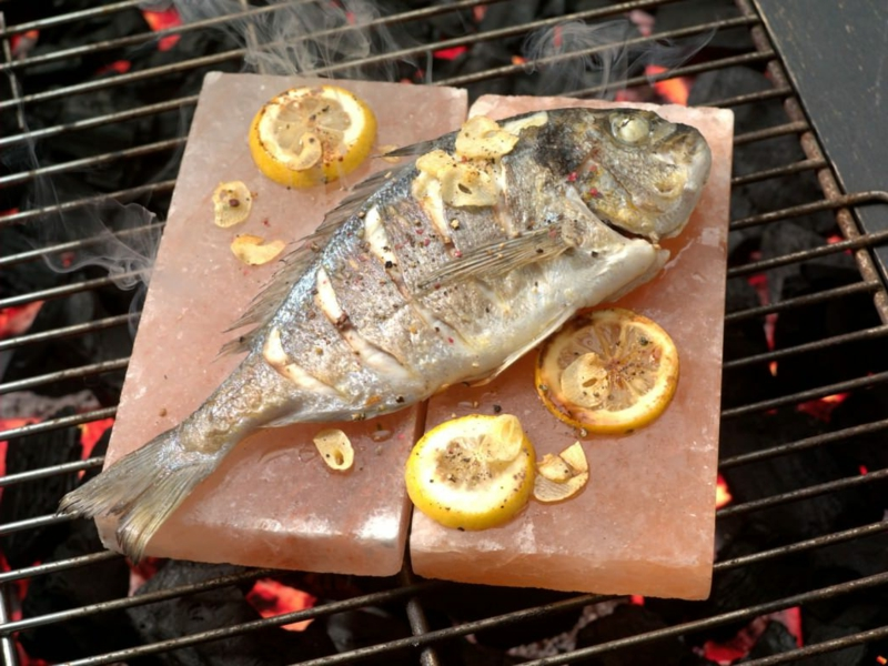 Salzplatten Fisch anbraten rosa Steinsalz