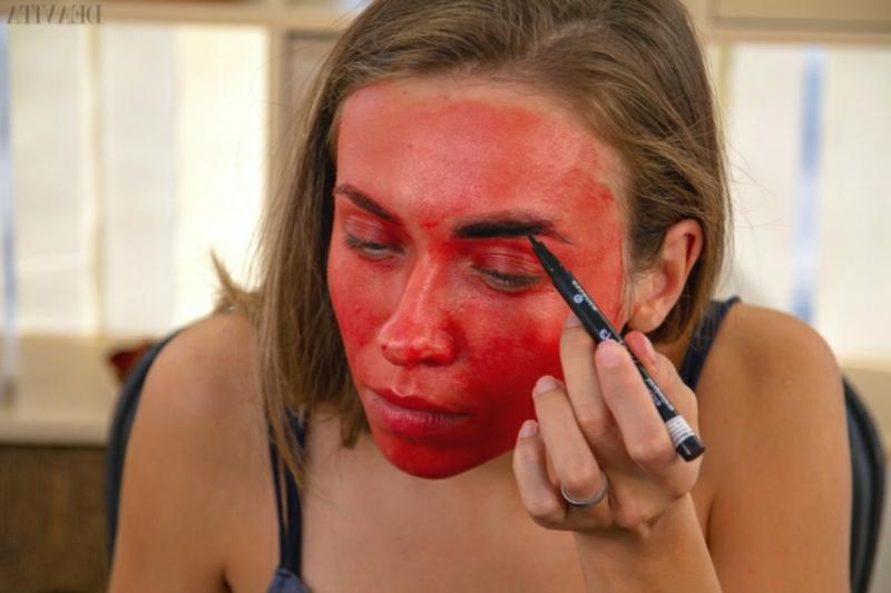 Dämon Make-up Augenbrauen betonen