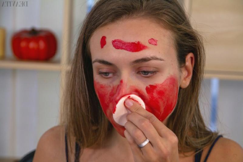 Dämon Make-up Gesichtsfarbe auftragen