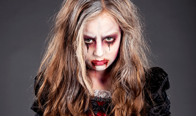 schauriges Vampir Make-up Haare zerzaust