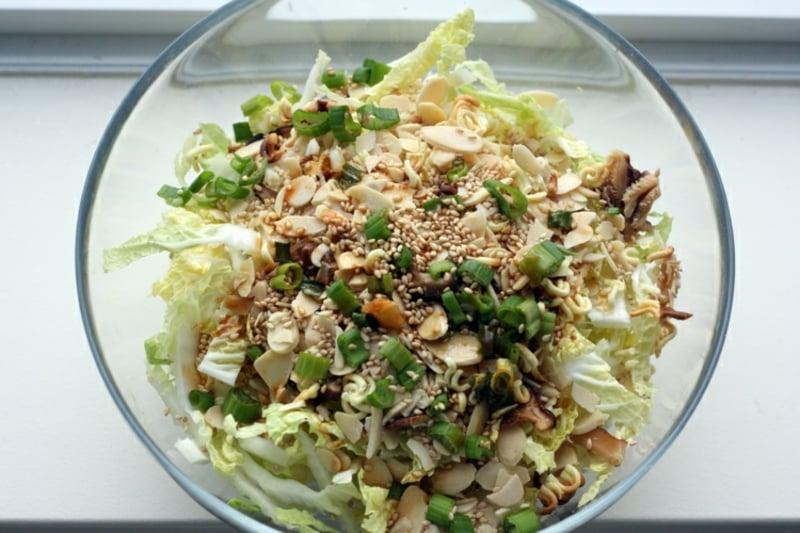 Yum Yum Salat mit Pinienkernen verfeinern