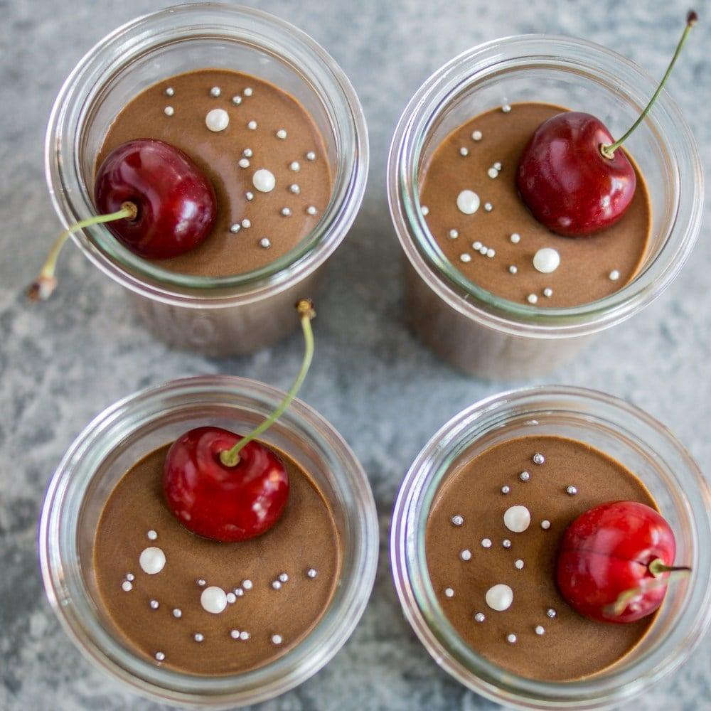 Schokomousse im Glas mit frischen Kirschen