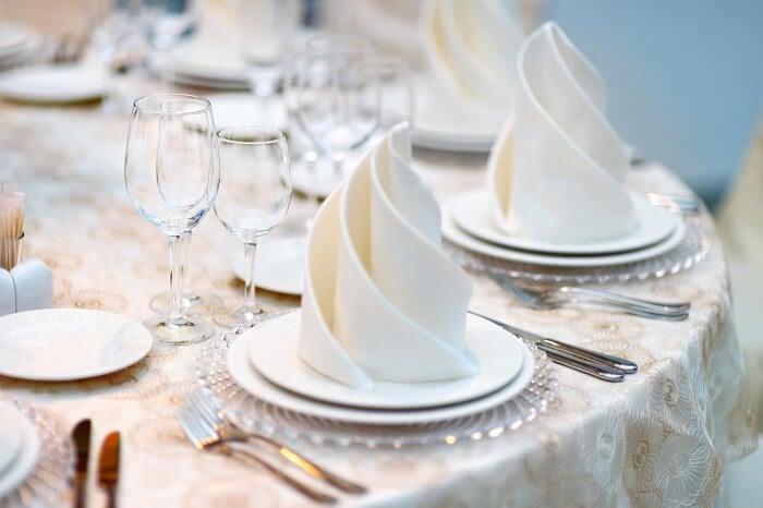 Servietten falten elegante Ideen Tisch dekorieren