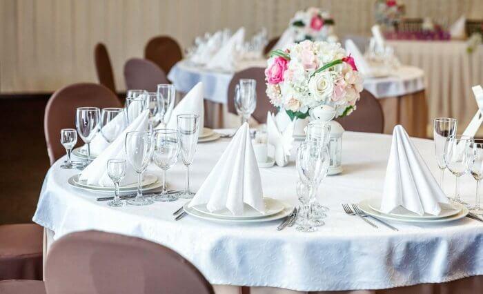 Tischdeko Hochzeit Servietten falten stehend