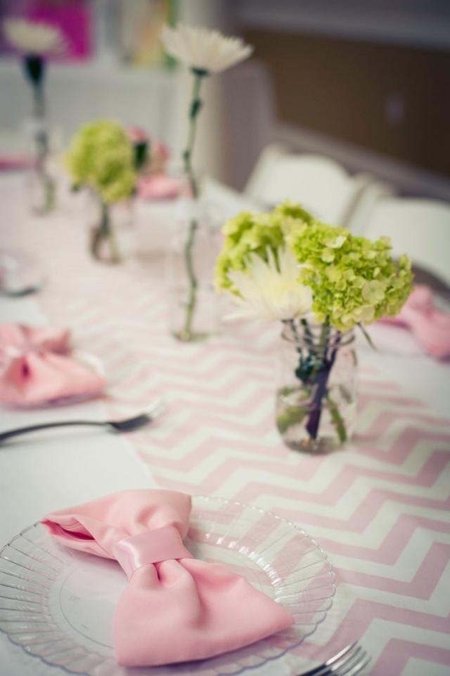 rosa Stoffservietten falten Schleife Tisch dekorieren