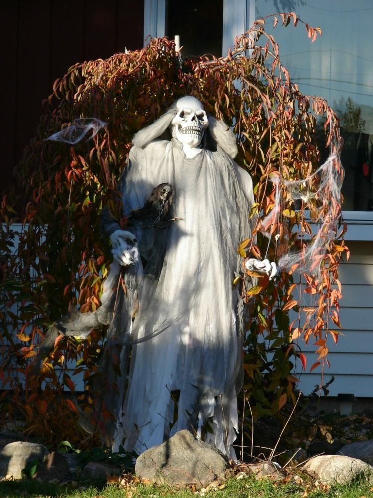 Halloween Deko Skelette im Garten