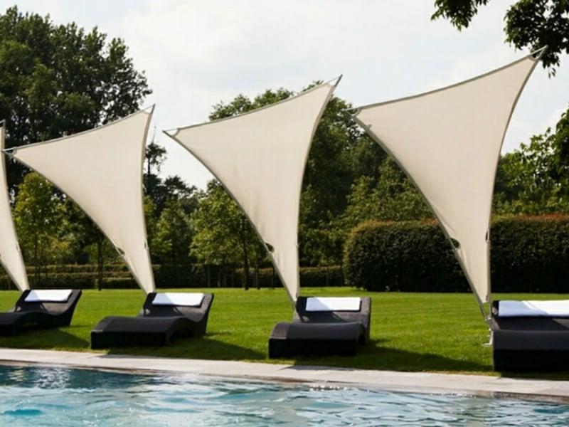 Liegestühle vor der Sonne schützen Sommer