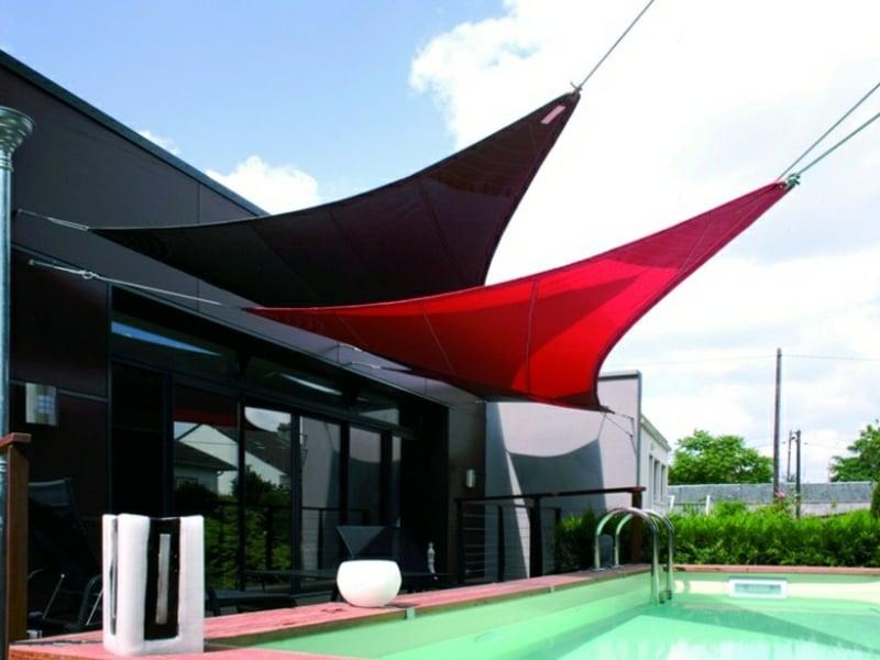 dreieckige Sonnensegel in Rot und Schwarz