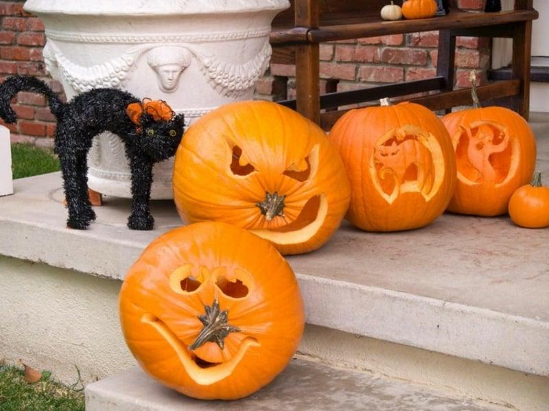 Kürbis Gesicht schnitzen tolle Deko Halloween Terrasse
