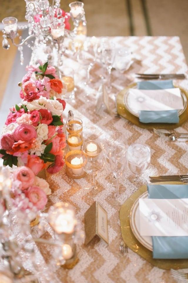 Tisch dekorieren Blumen Kerzen Tischdecke gold rosa