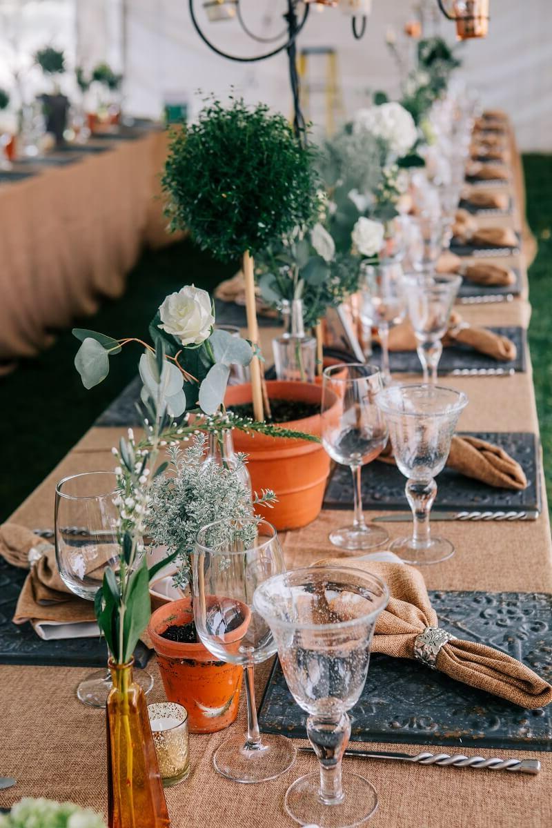 Tischdeko Hochzeit elegant Servietten falten Blumen