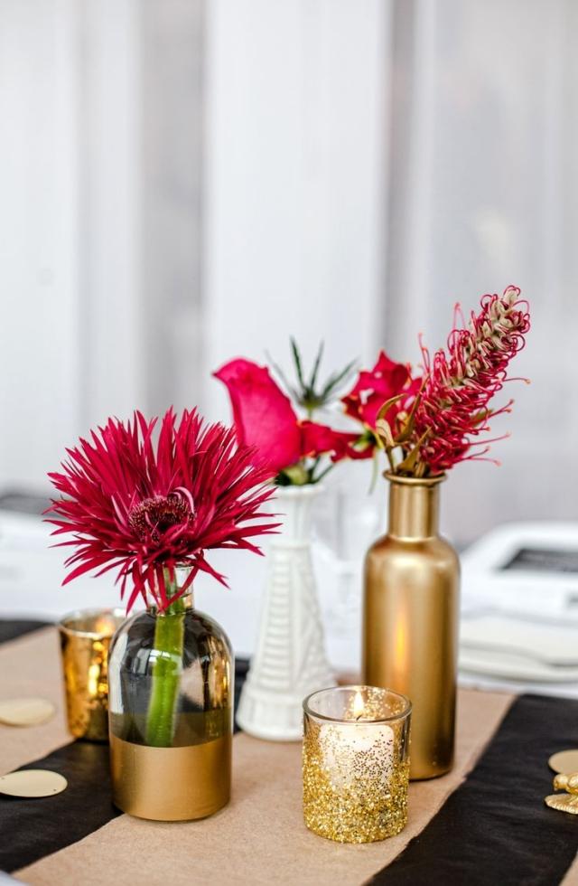 Tisch dekorieren Blumen Vasen golden