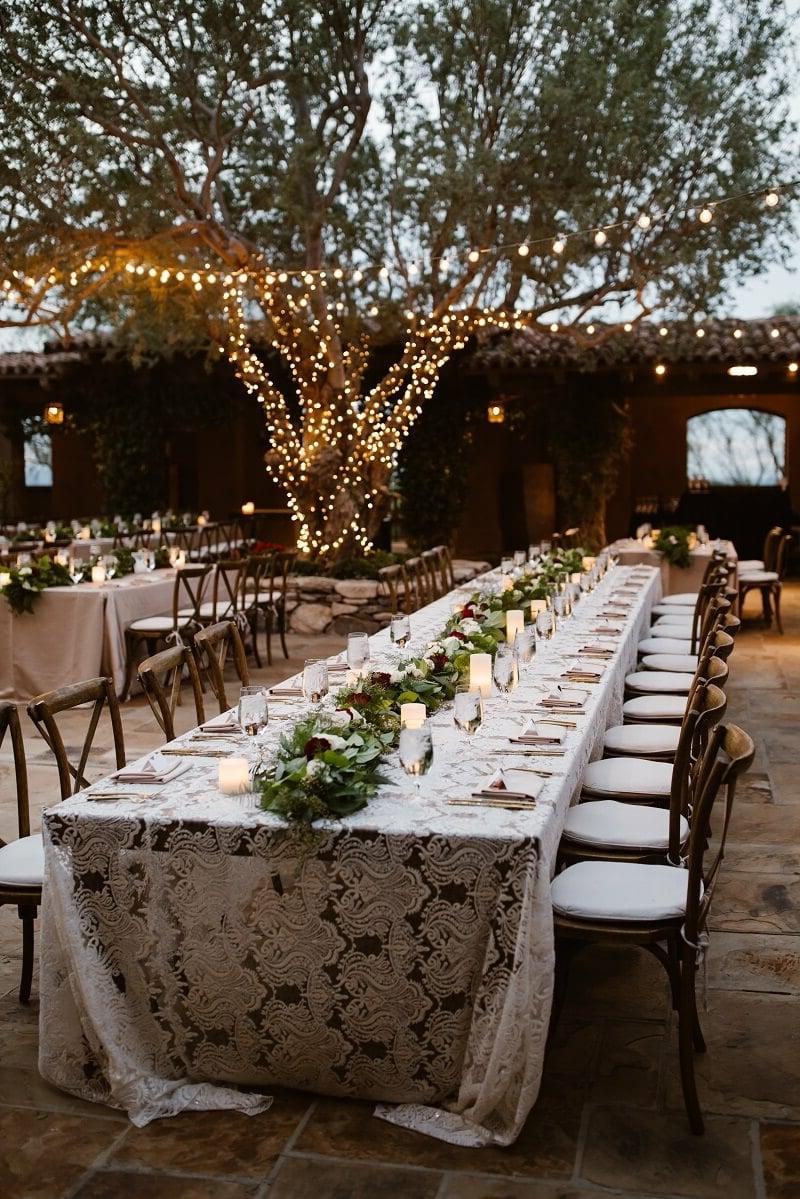 Tisch anordnen Decke auswählen Blumengirlande