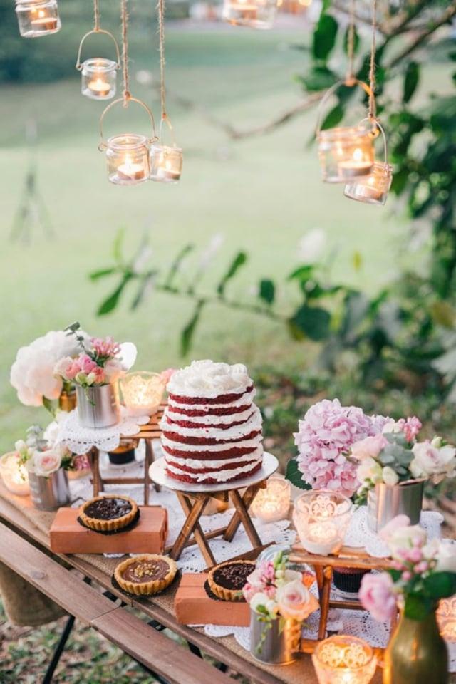 Tisch dekorieren Blumen Naked Cake