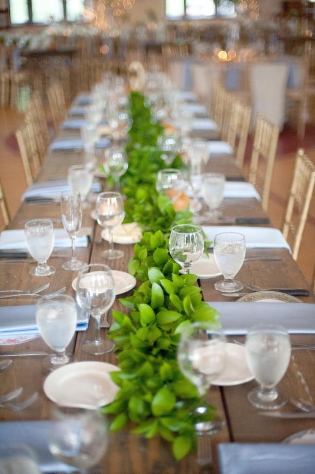 Tisch dekorieren schlicht Girlande Pflanzen
