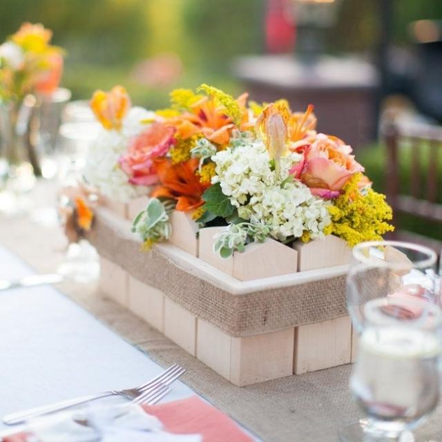 Tisch dekorieren Holzkasten mit Blumen