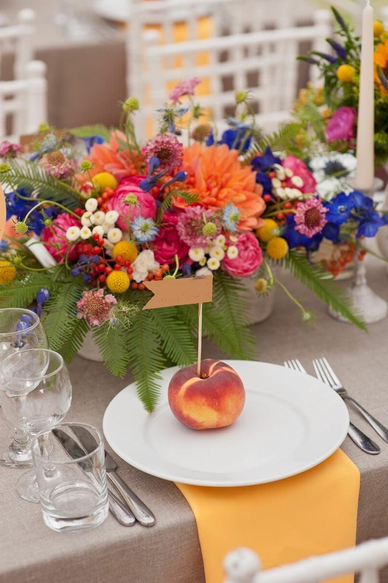 Tisch dekorieren Blumen nach der Saison Früchte