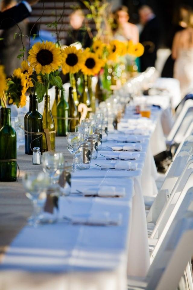 Tisch dekorieren Flaschen mit Sonnenblumen