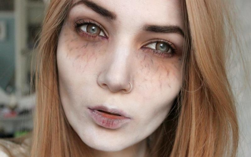 Halloween Schminken sich das Gesicht blass machen