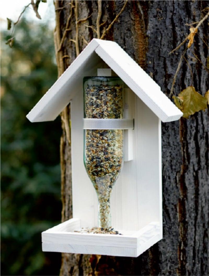 Vogelfutterhaus selbst gestalten Holz leere Flasche