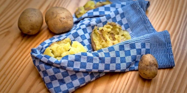Hausmittel gegen Halsschmerzen warme Kartoffelwickel