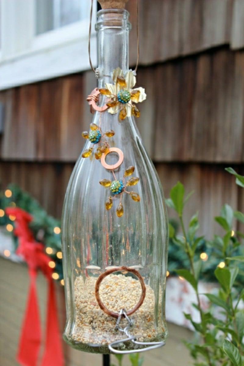 Vogelfutterhaus basteln Weinflasche dekorieren