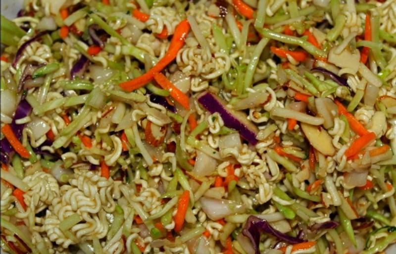 Nudelsalat Asia mit Karotten und Kohl