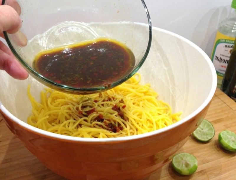 asiatischer Nudelsalat Vinaigrette zubereiten