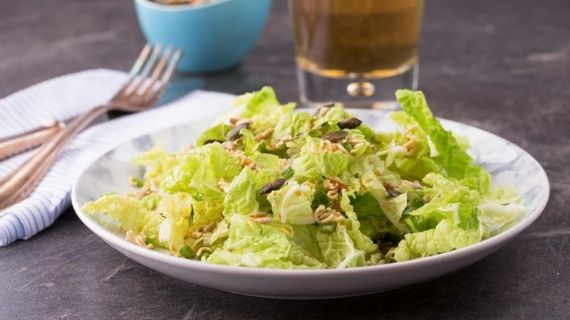 Yum Yum Salat zubereiten Nudeln Eisbergersalat