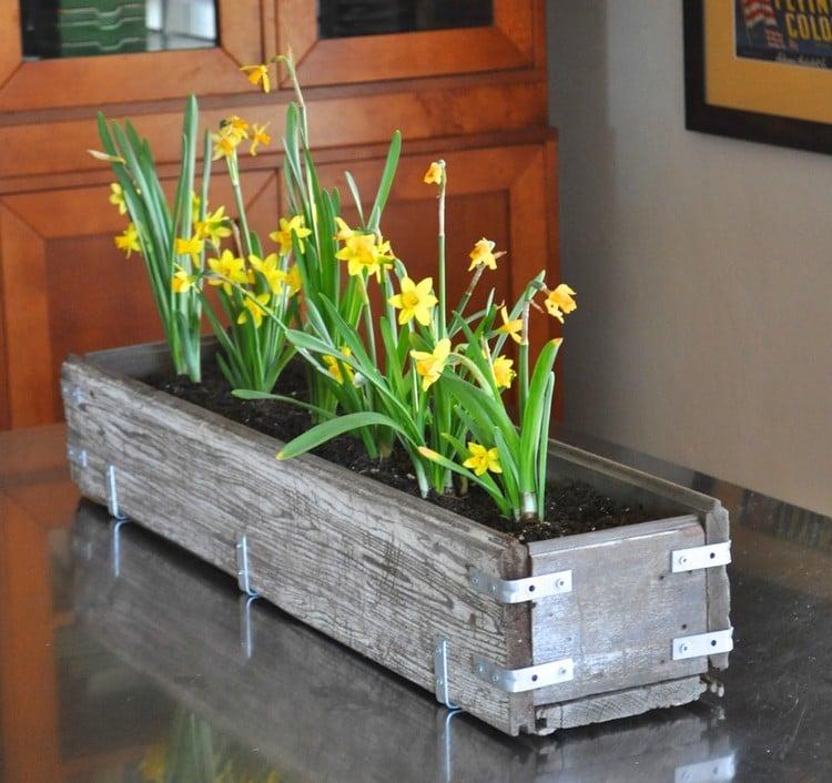 Frühlingsdeko aus Holz selber machen Blumenkasten bauen