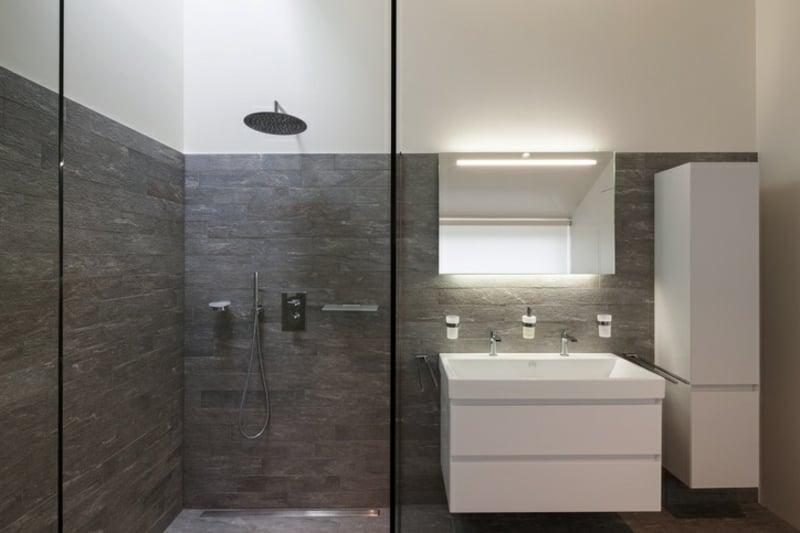 begehbare Dusche Duschkopf an der Wand montiert moderner Look