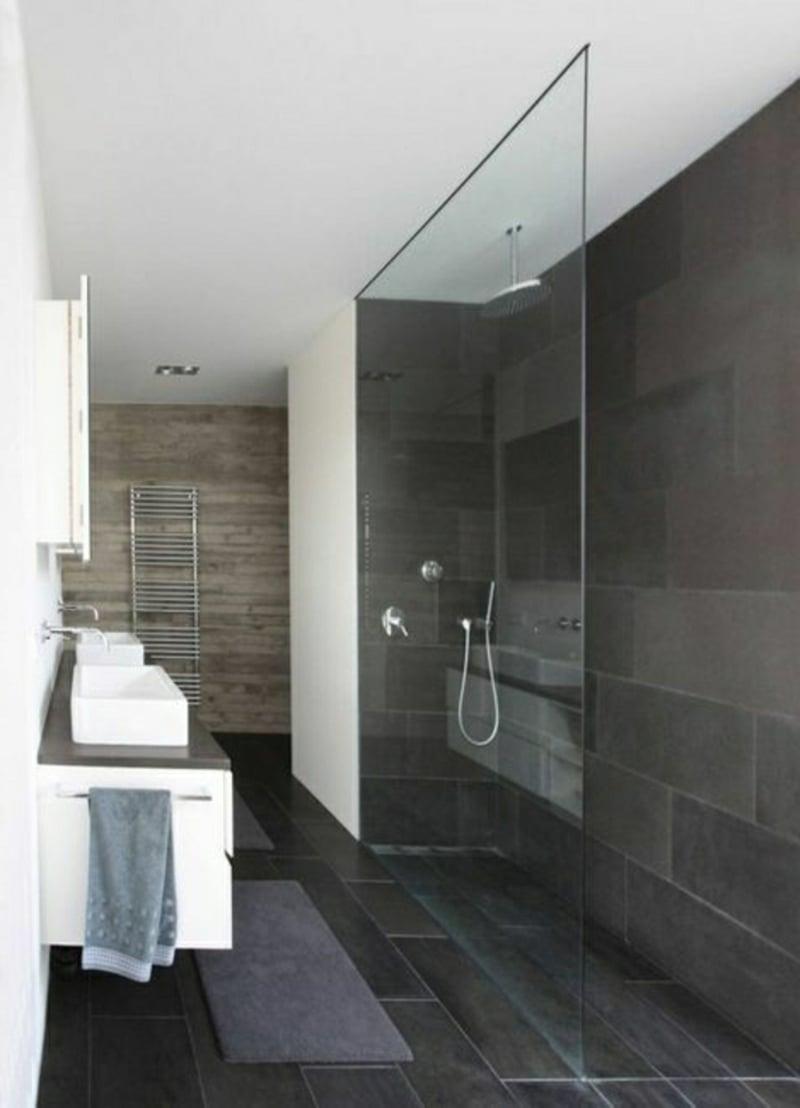 schwarze Fliesen Wand begehbare Dusche